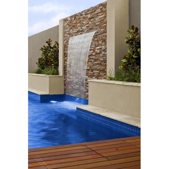 cascada en una piscina